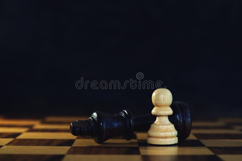 Encuentros del rey contra empeño potente en el juego de ajedrez, concepto competitivo del negocio imágenes de archivo libres de regalías