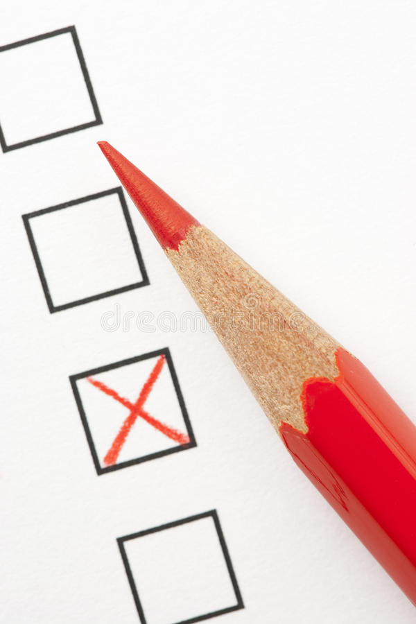 Encuesta con X rojo y el lápiz rojo fotos de archivo libres de regalías