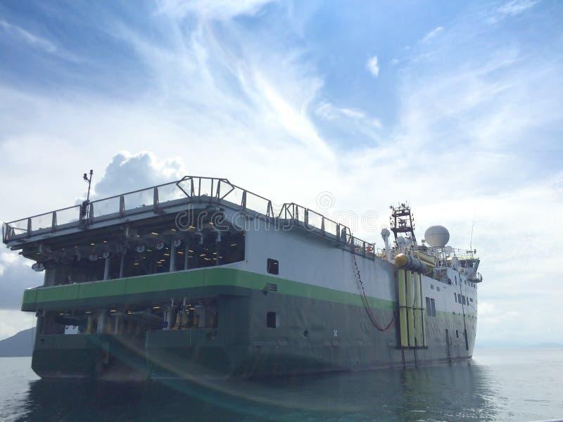 Encuesta sobre sísmica la nave del buque para la exploración petrolífera de petróleo y gas en el mar de Andaman Myanmar costero foto de archivo libre de regalías