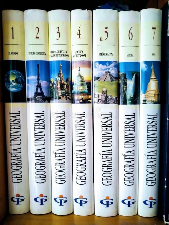 Encyklopedia książek o geografii uniwersalnej obraz stock
