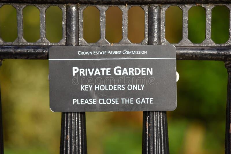 Enda tecken för privata trädgårdtangenthållare på Crescent Gardens nära Regent's Park, London royaltyfri fotografi