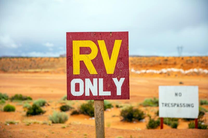 Enda text för RV, varnande tecken, suddighetsökenbakgrund Antilopkanjon Arizona, USA arkivbilder
