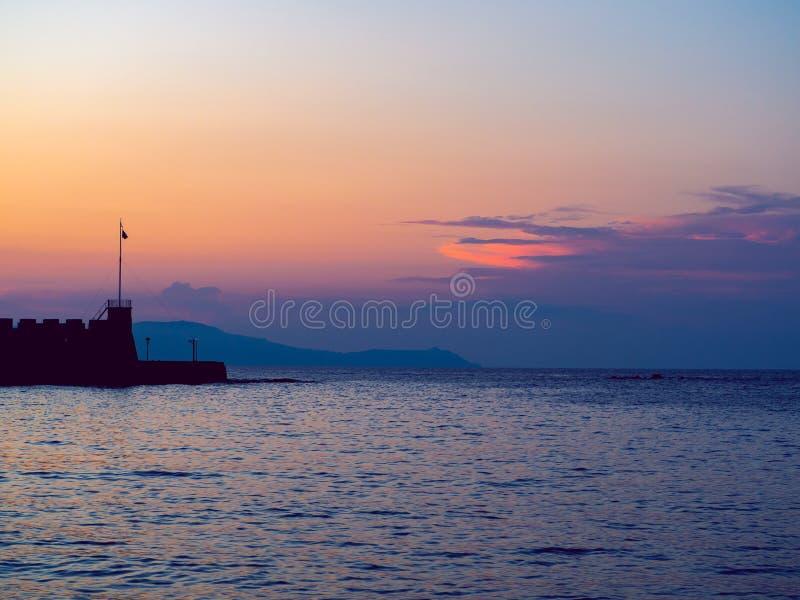Ende des Jachthafenpiers - Sonnenuntergang und schöne purpurrote und rosa Himmel lizenzfreies stockfoto