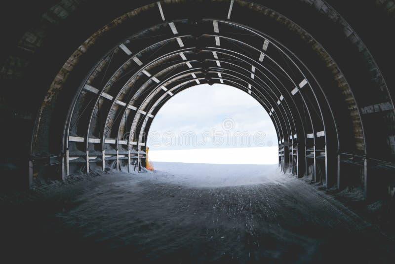 Ende des Tunnels im Schnee und im Himmel, abstrakt für Hoffnung lizenzfreie stockbilder