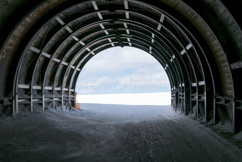 Ende des Tunnels im Schnee und im Himmel, abstrakt für Hoffnung stockfotos