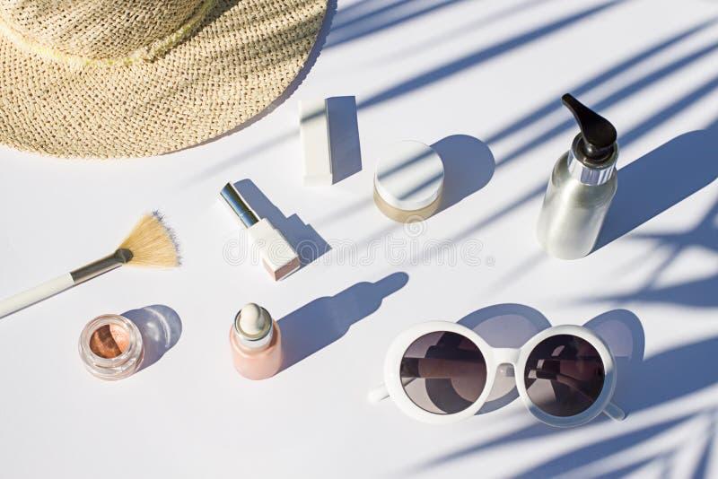 Endecha blanca del plano de los cosméticos del verano Composición de la belleza de la visión superior imagenes de archivo