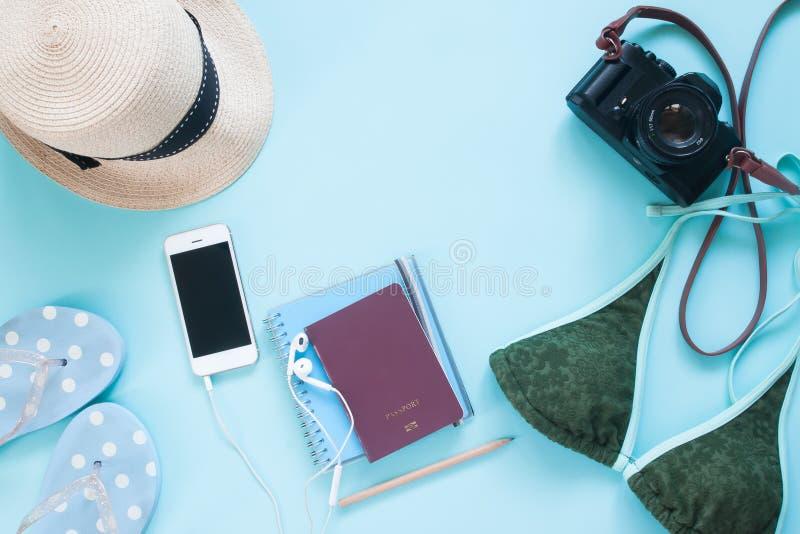 Endecha creativa del plano de los accesorios del pasaporte, de la cámara y de la mujer en fondo del color en colores pastel fotos de archivo libres de regalías