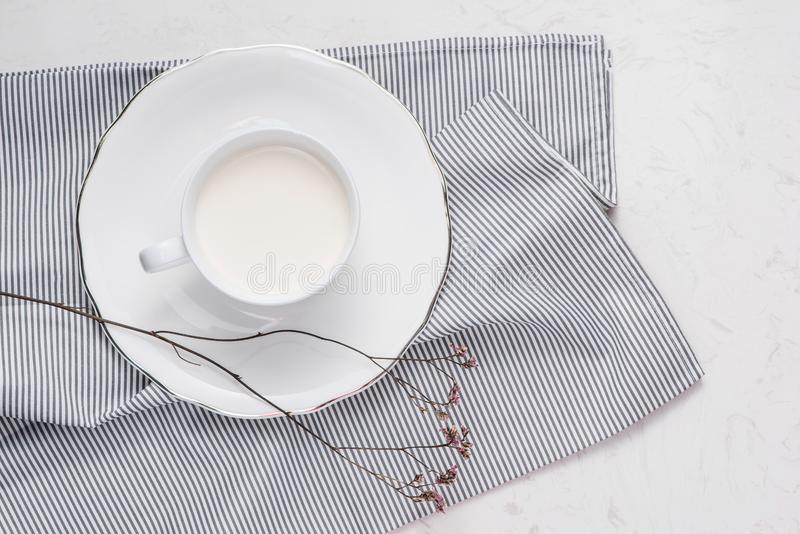 Endecha creativa del plano, leche de la mañana y flor blanca en el backgr blanco foto de archivo libre de regalías