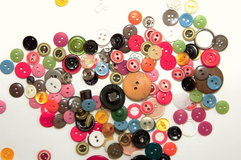 Endecha del plano con los botones de costura coloridos, falsos para arriba, visi?n superior Maqueta de los botones de la disposic imagen de archivo libre de regalías
