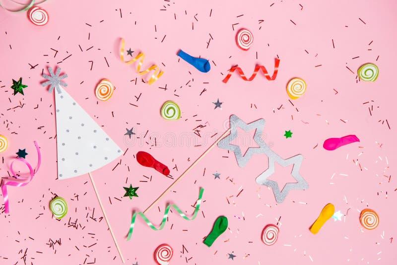 Endecha del plano de la celebración Caramelo con los artículos coloridos del partido en vagos rosados stock de ilustración