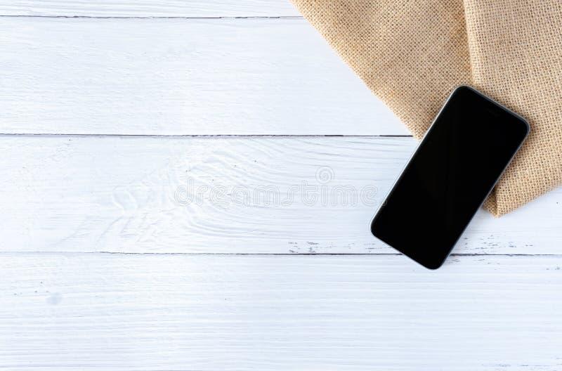 Endecha del plano de la maqueta del teléfono del vintage en la nota de madera blanca del espacio en blanco de la oficina del espa fotografía de archivo