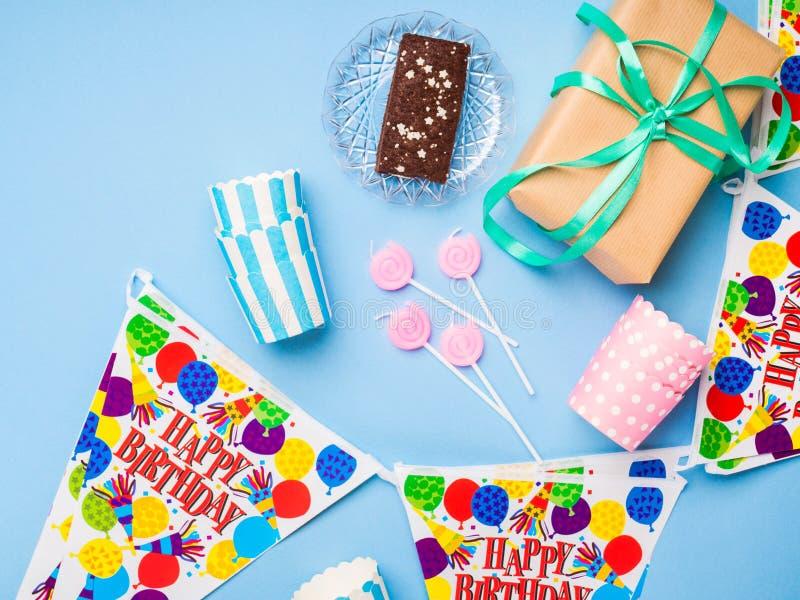 Endecha del plano de los artículos del partido del feliz cumpleaños foto de archivo libre de regalías