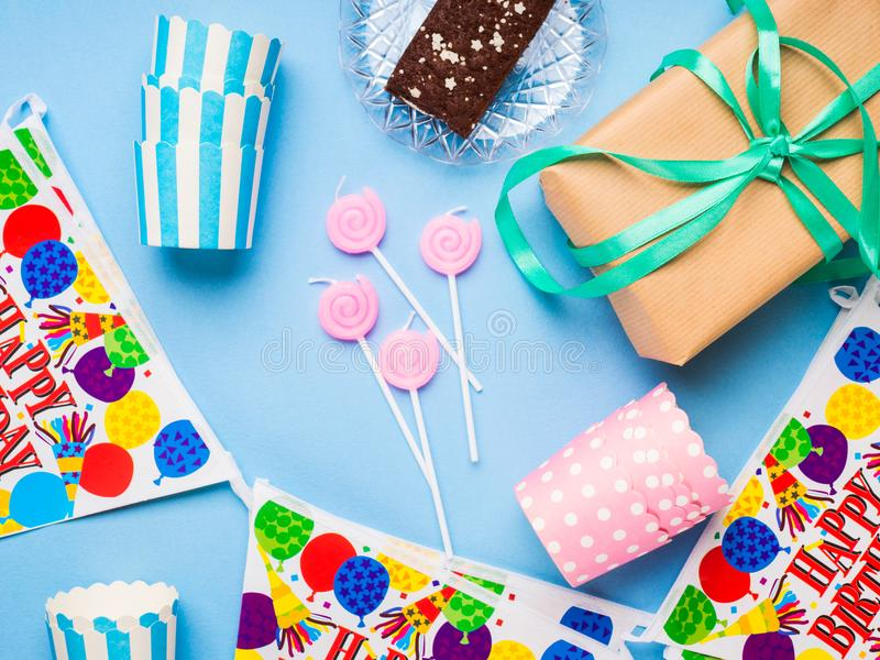 Endecha del plano de los artículos del partido del feliz cumpleaños imagen de archivo libre de regalías