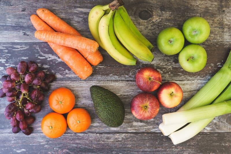 Endecha del plano de Veg de la fruta con los plátanos, las uvas y más imagen de archivo