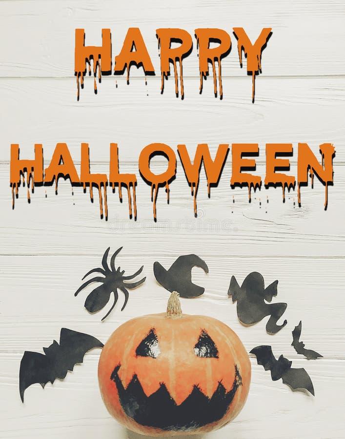 Endecha del plano del texto del feliz Halloween calabaza de la linterna del enchufe con la bruja g fotografía de archivo