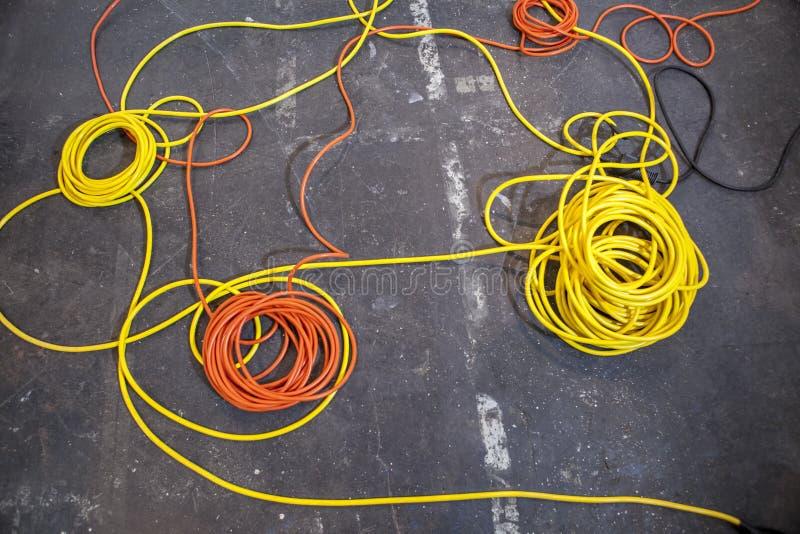 Endecha eléctrica de los cables del color en rollos imagenes de archivo