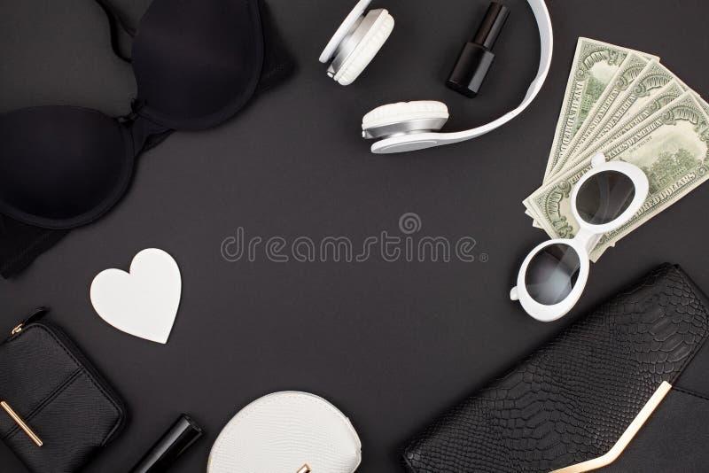Endecha plana blanco y negro de los accesorios, de la ropa interior, del bolso y del dinero de la mujer fotografía de archivo libre de regalías