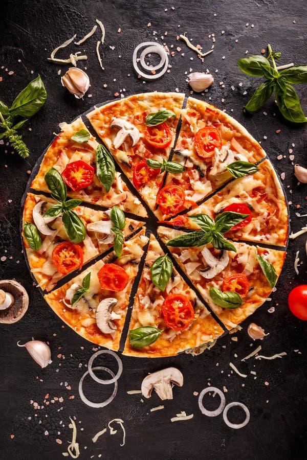 Endecha plana con la pizza italiana fotos de archivo libres de regalías