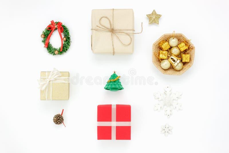 Endecha plana concepto de la Feliz Navidad de la decoración y de los ornamentos y de la Feliz Año Nuevo foto de archivo libre de regalías