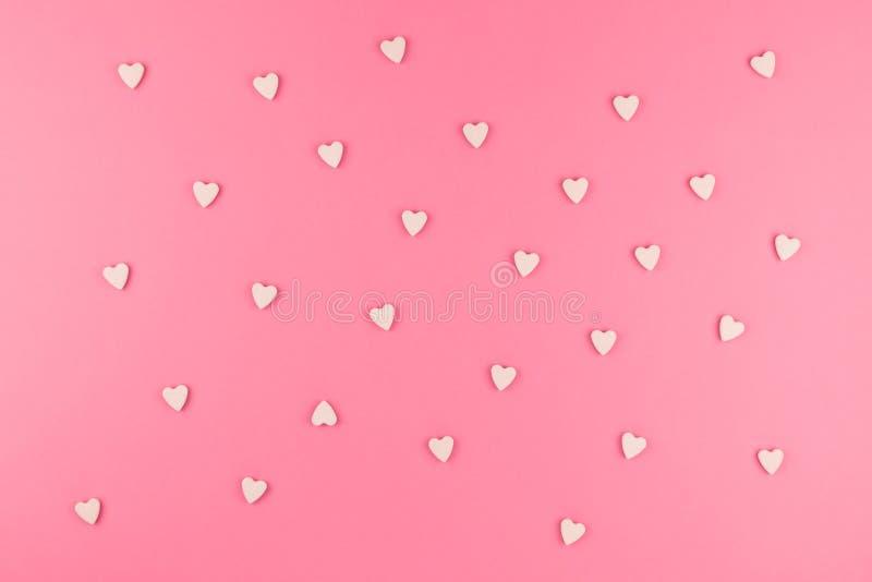 Endecha plana de caramelos en forma de corazón rosados imágenes de archivo libres de regalías