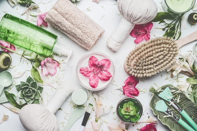 Endecha plana de la belleza con diversa salud, el balneario y los accesorios del masaje que fijan en el fondo blanco imágenes de archivo libres de regalías