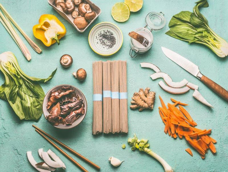 Endecha plana de la comida asiática con los ingredientes sabrosos: MU yerra las setas, las diversas verduras, pok choi, leche de  fotografía de archivo libre de regalías