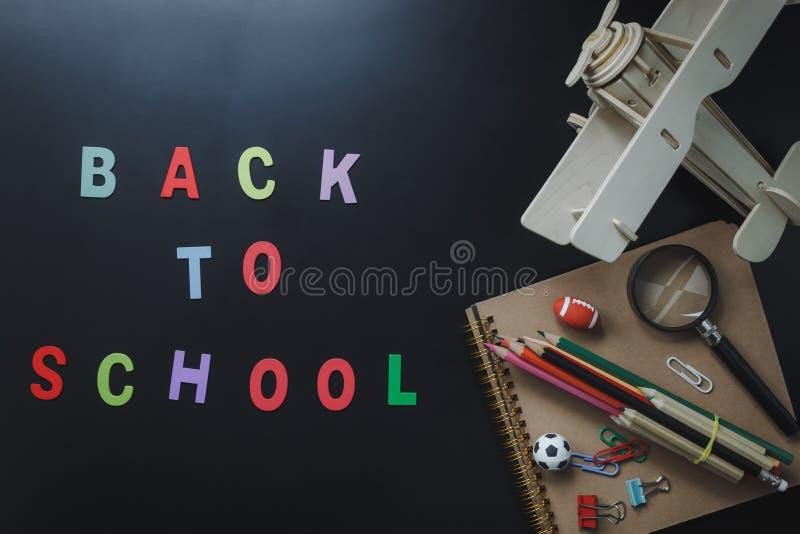 Endecha plana de la decoración de los accesorios de nuevo a escuela o a concepto de la educación imagen de archivo libre de regalías