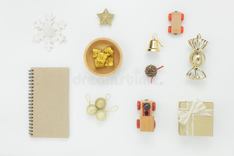 Endecha plana de la decoración y del ornamento de los artículos para el fondo de la Feliz Navidad y de la Feliz Año Nuevo foto de archivo