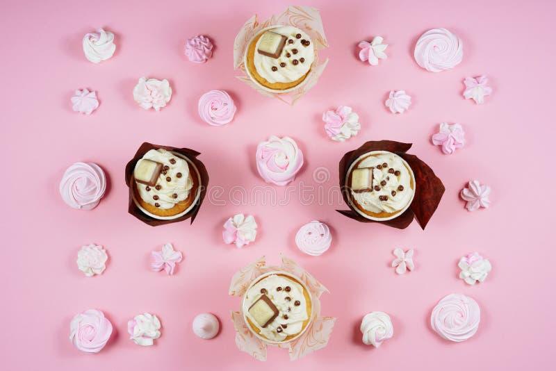 Endecha plana de la magdalena del merengue del rosa de la comida dulce del postre imagen de archivo libre de regalías