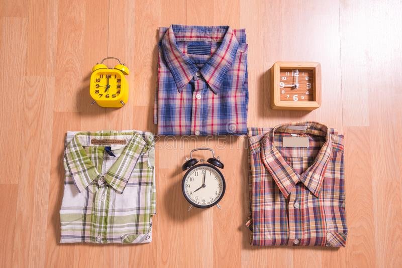 Endecha plana de la moda casual del ` s de los hombres en backgroun de madera marrón del piso foto de archivo