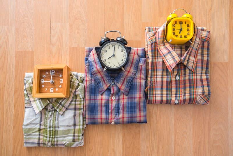 Endecha plana de la moda casual del ` s de los hombres en backgroun de madera marrón del piso fotos de archivo