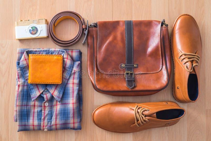 Endecha plana de la moda casual del ` s de los hombres en backgroun de madera marrón del piso foto de archivo libre de regalías