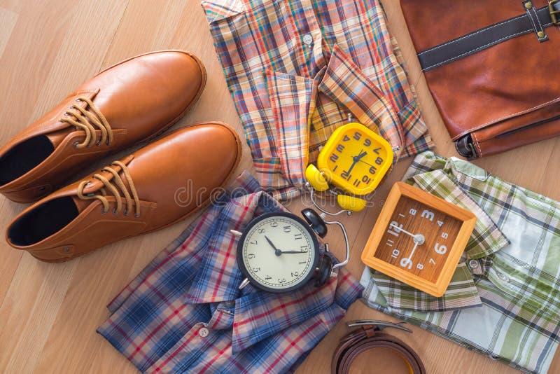 Endecha plana de la moda casual del ` s de los hombres en backgroun de madera marrón del piso fotografía de archivo libre de regalías