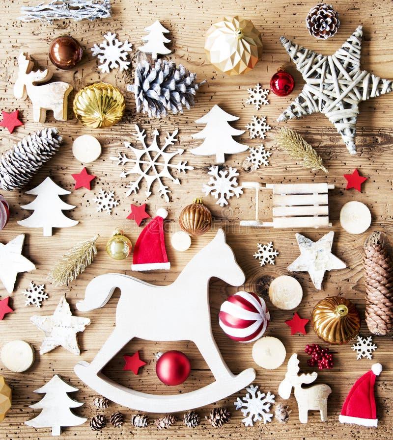 Endecha plana de la Navidad con la decoración, fondo rústico, caballo mecedora foto de archivo
