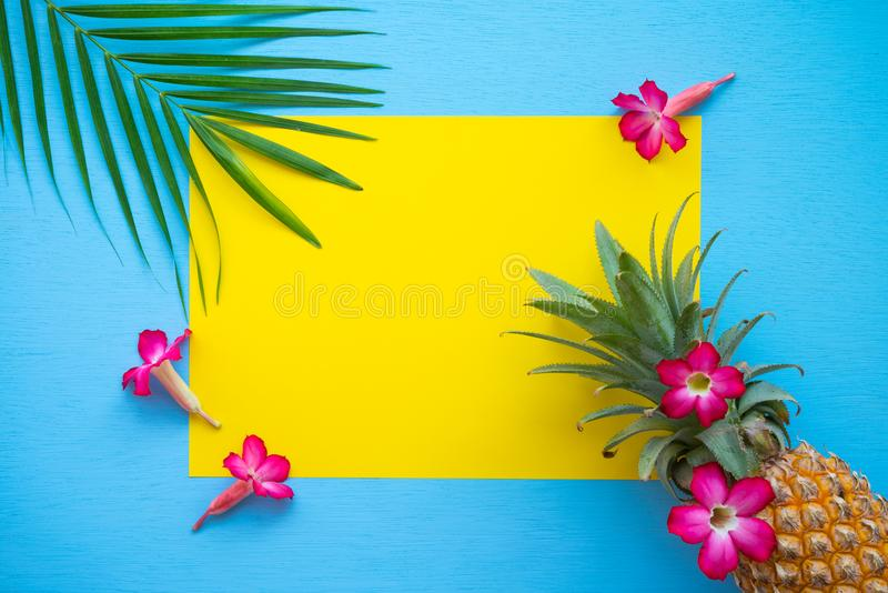 Endecha plana de la piña, flores, hoja de palma en el CCB amarillo y azul stock de ilustración