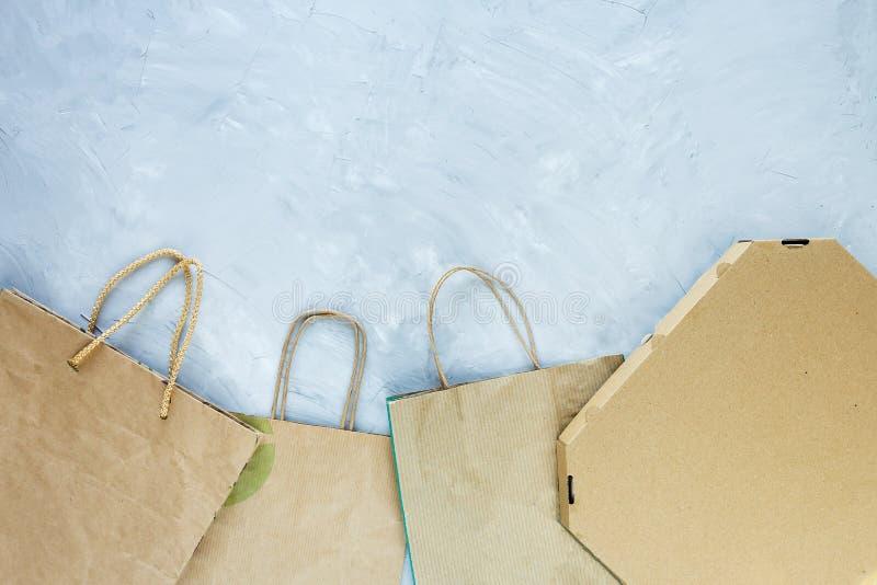 Endecha plana de las basuras de papel como bolsos, cajas listas para reciclar en fondo gris Cuidado de la ecología y concepto de  ilustración del vector