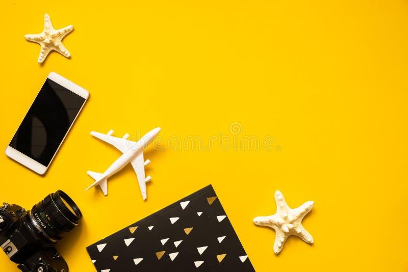Endecha plana de los accesorios del viajero del verano Cámara retra de la película, estrella de mar, avión de aire, cuaderno sobr fotos de archivo