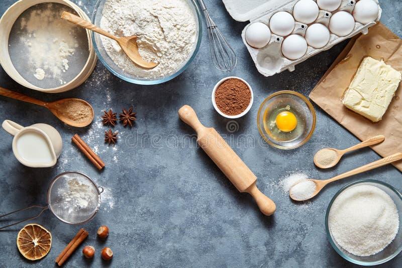 Endecha plana de los ingridients de la receta de la preparación de la pasta en fondo de la tabla de cocina foto de archivo libre de regalías