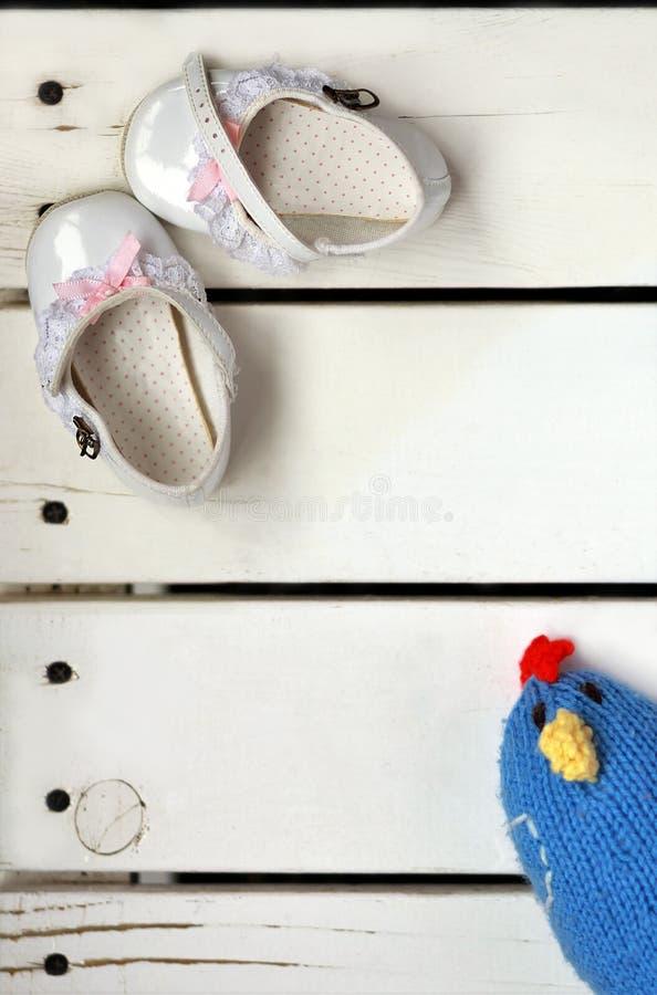 Endecha plana de los zapatos de bebé blancos preciosos del charol del vintage con los arcos del rosa y cordones y pájaro hecho pu imagen de archivo libre de regalías
