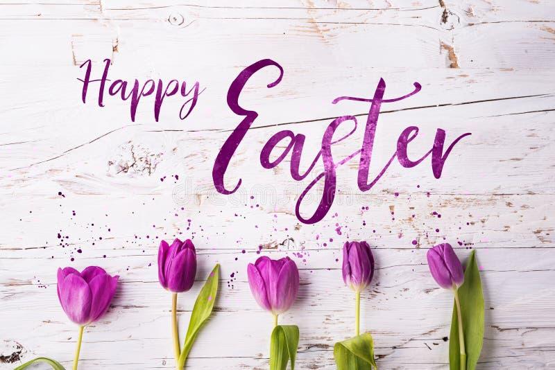 Endecha plana de Pascua y de la primavera en un fondo de madera blanco ilustración del vector