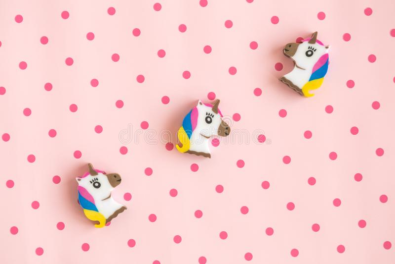 Endecha plana de unicornios en fondo color de rosa con los lunares foto de archivo libre de regalías