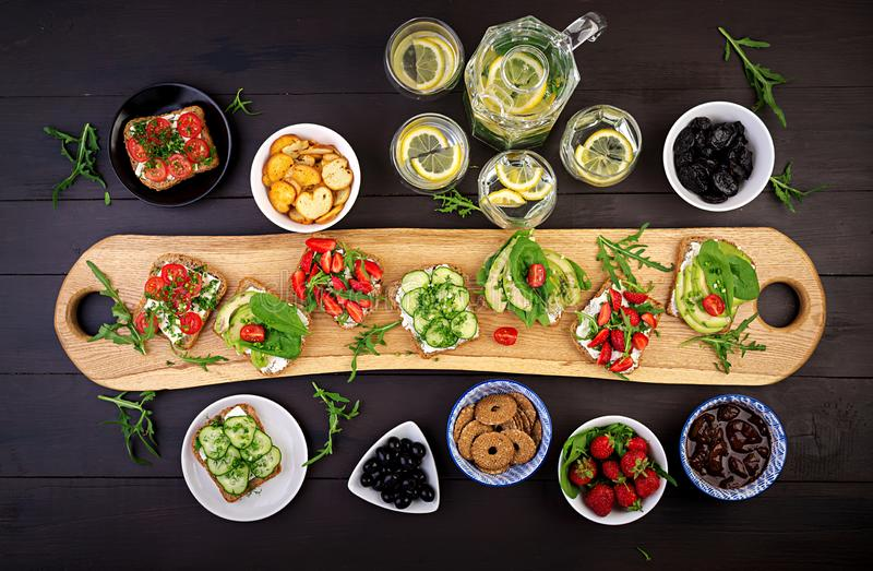 Endecha plana del ajuste vegetariano sano de la tabla de cena fotos de archivo libres de regalías