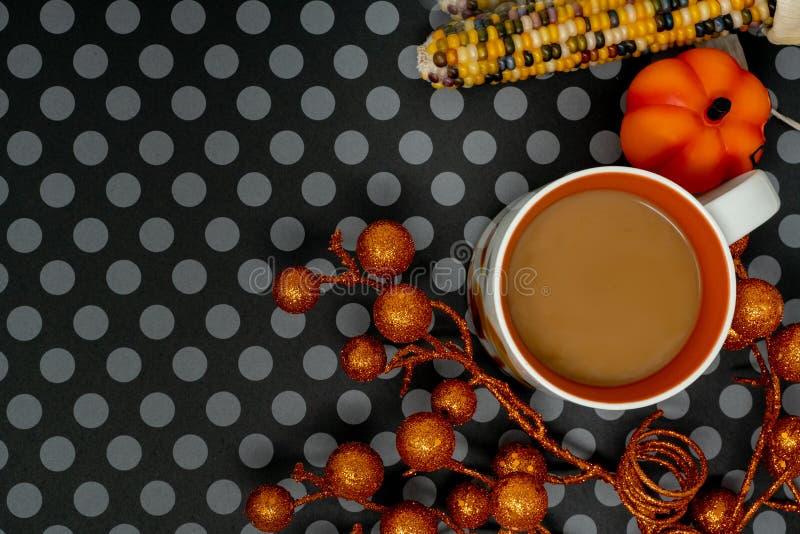 Endecha plana del arreglo del fondo de Halloween de la diversión con la taza de café y el maíz indio fotografía de archivo