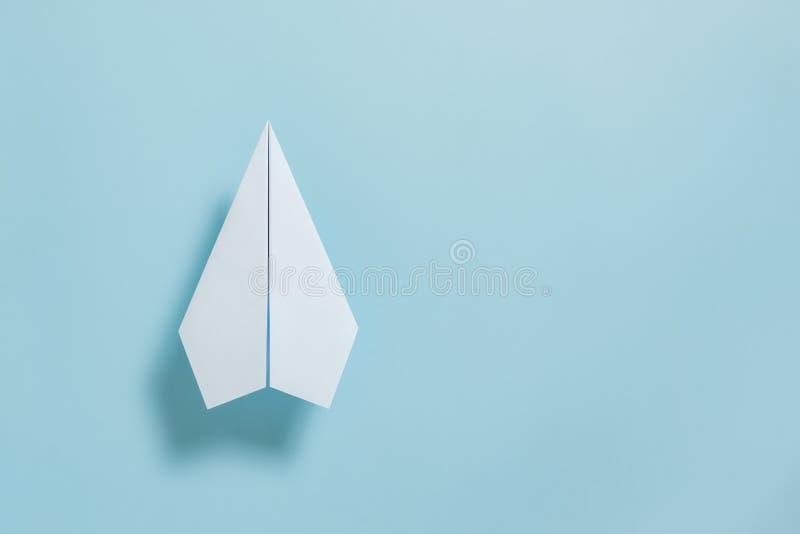 Endecha plana del avión del Libro Blanco en fondo azul en colores pastel del color imágenes de archivo libres de regalías