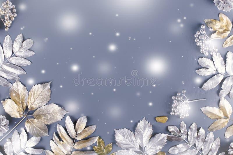 Endecha plana del concepto del invierno con las hojas de oro y de plata y caer de la nieve Fondo del marco de la Navidad stock de ilustración