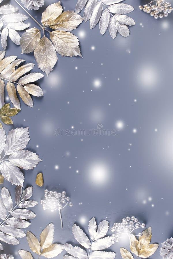 Endecha plana del concepto del invierno con las hojas de oro y de plata con caer de la nieve Fondo del marco de la Navidad ilustración del vector