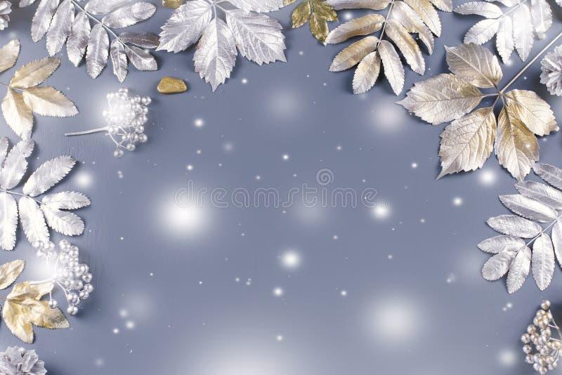 Endecha plana del concepto del invierno con las hojas de oro y de plata Fondo del marco de la Navidad stock de ilustración