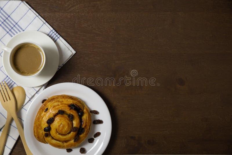 Endecha plana del danés y del café de la pasa de las natillas foto de archivo