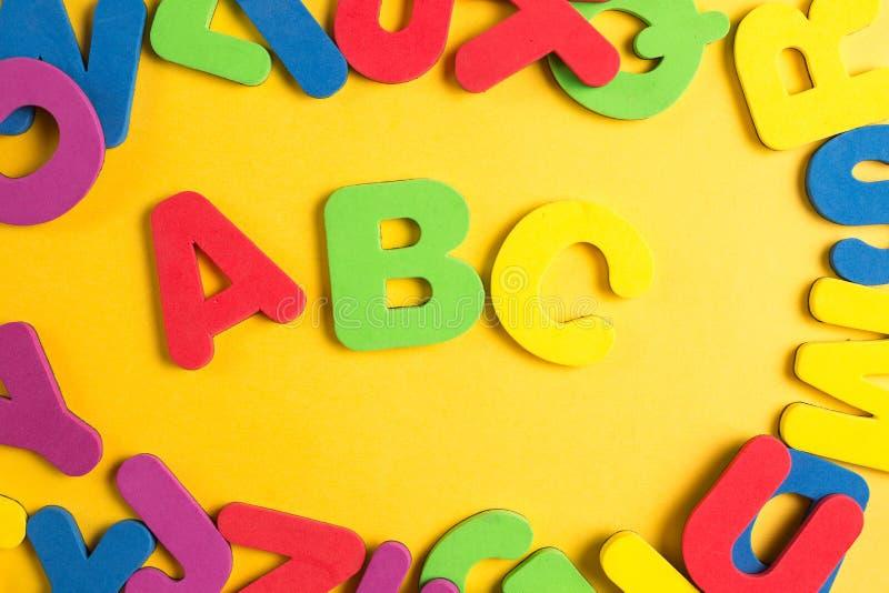 Endecha plana del marco al azar del círculo del alfabeto inglés fotos de archivo libres de regalías