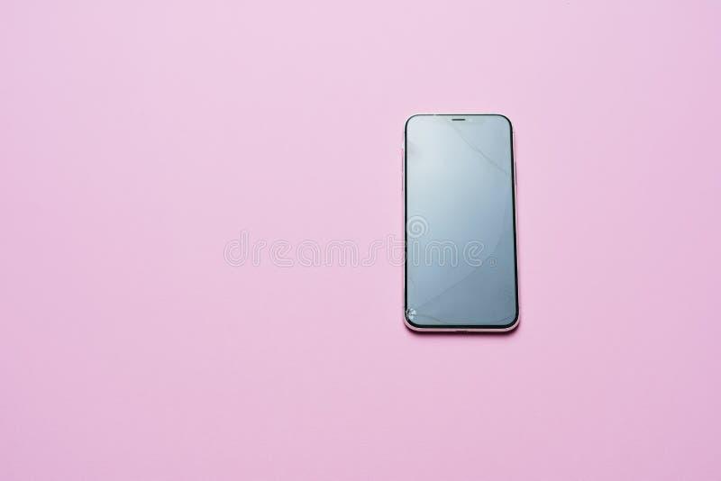 Endecha plana del teléfono celular de la reparación de cristal quebrada de la pantalla imagenes de archivo